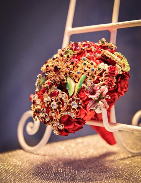 Với những cô dâu sôi nổi, thích sự nổi bật thì bó hoa mang sắc đỏ sẽ là lựa chọn hoàn hảo.
