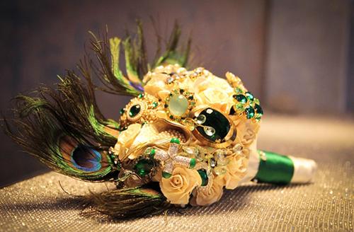 Bó hoa không chỉ được kết từ những bông cài áo điệu đà mà còn được tô điểm thêm chiếc lông công mềm mại.