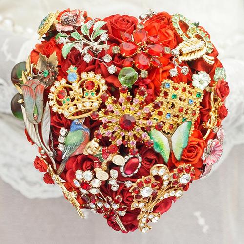 Bó hoa đỏ được kết từ nhiều loại đá quý và hình thù độc đáo, ấn tượng. Mỗi bó hoa sẽ thể hiện cá tính của cô dâu và là mẫu duy nhất nên ghi đậm dấu ấn của mỗi người.