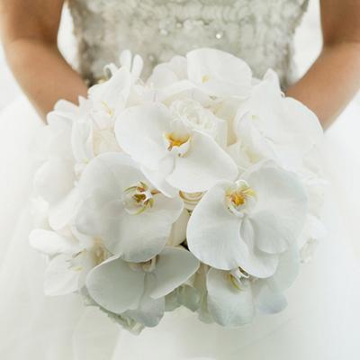 Bó hoa lan trắng mang đến nét đẹp trang nhã, dịu dàng.
