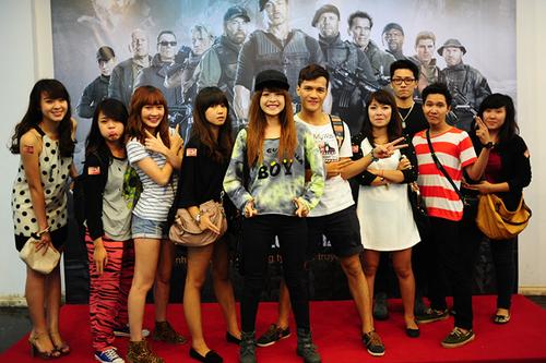 Hotgirl Chi Pu và bạn nhí nhảnh đứng pose hình y như tấm poster phim.