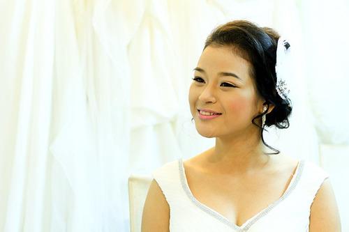 Kiểu tóc phù hợp quyết định 40% vẻ đẹp hoàn hảo của cô dâu trong ngày cưới, vì vậy, chuyên gia trang điểm chỉ tiến hành làm tóc cho cô dâu sau khi đã chọn được váy cưới ưng ý để tìm được kiểu phù hợp nhất.