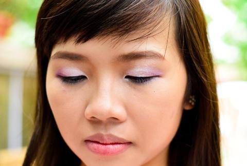 Đầu tiên, tán phấn màu nâu da lên toàn bộ bầu mí mắt, kéo dài sát tới xương lông mày. Sai đó, phủ phấn màu hồng nhạt lên trên. Phía đuôi mắt nhấn bằng màu hồng tím, tạo khối chữ V.