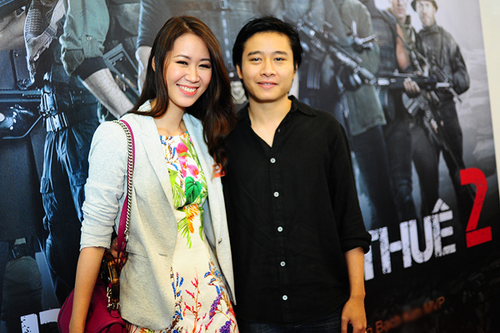 Vợ chồng Dương Thùy Linh không ngần ngại thể hiện tình cảm trước chốn đông người.