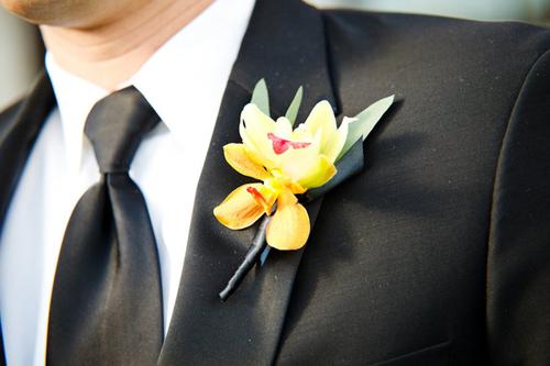 Khi cô dâu chọn hoa cầm tay từ hoa lan, chú rể cũng sử dụng hoa cài áo ton sur ton.