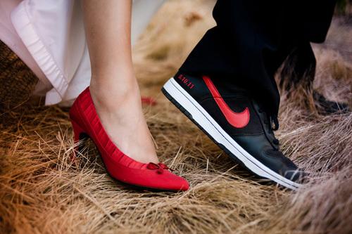 Cô dâu và chú rể chọn giầy ton sur ton và có phần phá cách.