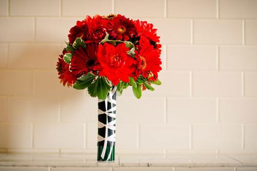 Bó hoa của cô dâu thoạt nhìn trông có vẻ đơn giản, nhưng phần cuống hoa được bó cùng những chiếc bút chì xanh.
