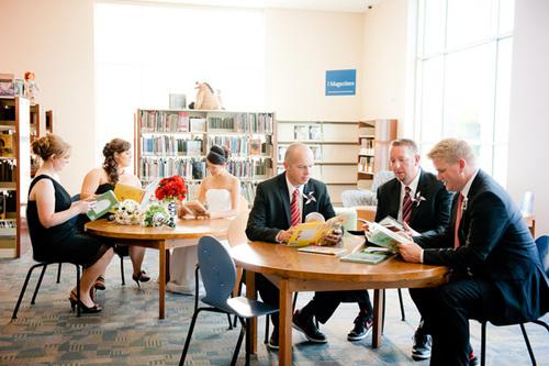 Không gian tiệc được sắp xếp như một thư viện nhỏ.