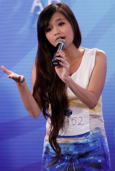 Cô gái trẻ trung, xinh đẹp đến từ Huế tiếp tục gây ấn tượng với giọng hát trong sáng và hồn nhiên của mình trong ca khúc của nhạc sỹ Quốc Bảo.