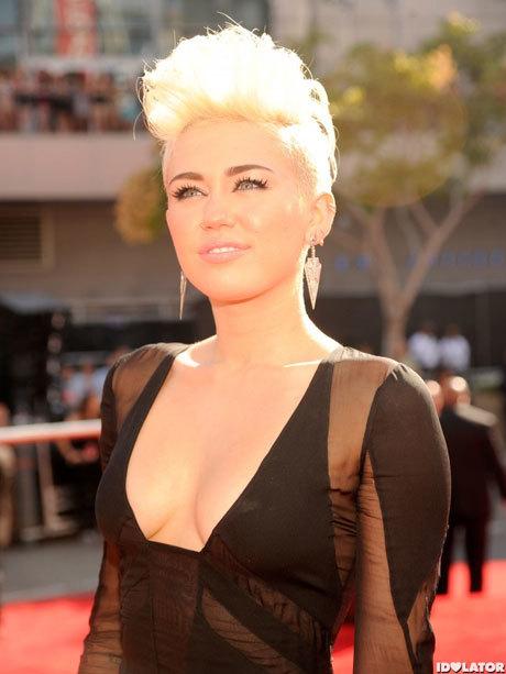 Miley diện váy phóng túng, lộ vòng một căng đầy.