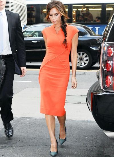 Những bộ váy ôm sát và dài quá gối như thế này rất phổ biến trong bộ sưu tập của Vic.