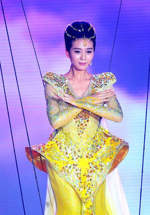 Trước đó, ngày 7/9, Lễ trao giải Kim ưng đã khai mạc long trọng với sự góp mặt của diễn viên Lưu Thi Thi, cô hóa thân thành Nữ thần cưỡi chim ưng xuất hiện trên sân khấu trong tiếng reo hò của khán giả.