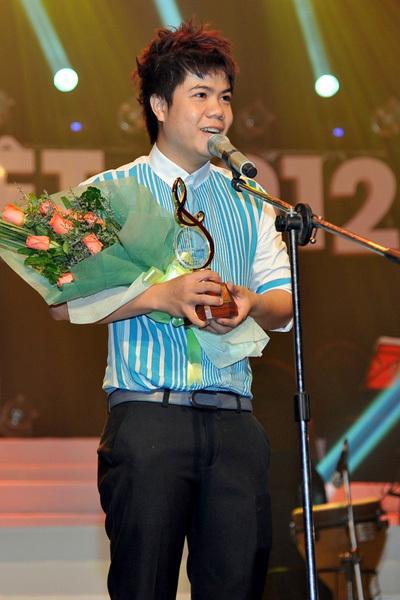 """"""" Bài hát của tháng: Ca khúc Mùa yêu đầu do Đinh Mạnh Ninh sáng tác và trình bày, nhạc sĩ Thành Vương sáng tác."""
