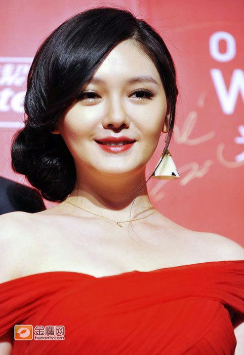 """Đến với sự kiện ngày 10/9, Từ Hy Viên trông mập mạp đến bất ngờ, gương mặt, vóc dáng cô đều """"nảy nở""""."""