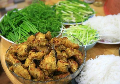 Chả cá là một món ăn rất phù hợp với tiết trời mát mẻ khi lập thu. Để làm món này, bạn có thể chọn cá lăng, cá nheo hoặc cá quả. Tuy nhiên chả ngon nhất khi được làm từ cá lăng tươi vì thịt cá ngọt và chắc.