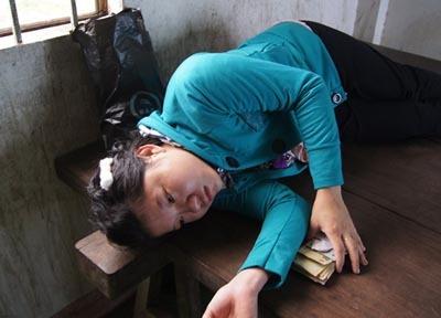 Chị Hiếu đau đớn sau khi biết tin đứa con gái bé bỏng của mình đã qua đời.