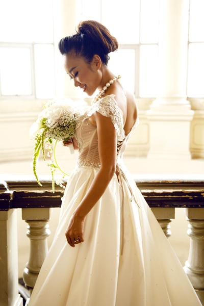 Váy tay hến phù hợp với những cô dâu có vóc dáng nhỏ nhắn, xinh xắn.