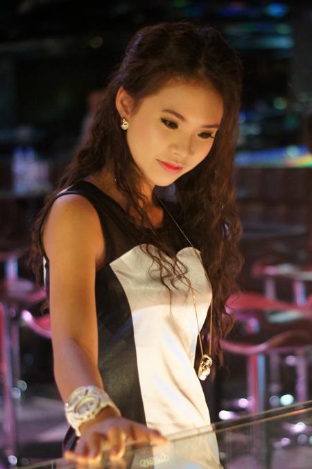 """Chiều ngày 14/9 ở Hà Nội, Khởi My xuất hiện trong buổi ra mắt sản phẩm của một thương hiệu điện tử lớn với tư cách gương mặt đại diện kiêm MC cho chương trình. Trước khi buổi ra mắt bắt đầu, nữ ca sĩ """"Là con gái thật tuyệt"""" đã đi hết từ chiếc tủ kính này đến tủ kính khác để ngắm các mẫu đồng hồ trưng bày."""