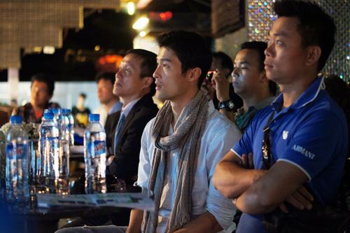 Johny Trí Nguyễn cũng xuất hiện trong buổi ra mắt này với tư cách là gương mặt đại diện. Anh ngồi dưới chăm chút quan sát tài ăn nói của Khởi My.