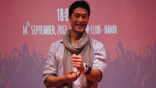 Trong chương trình chiều 14/9, một người hâm mộ cuồng nhiệt Johny Trí Nguyễn đã chia sẻ với thần tượng rất anh rất thích chiếc đồng hồ màu trắng mà nam diễn viên này đang đeo. Kết quả là Johny đã cởi ngay đồng hồ và tặng cho người hâm mộ.