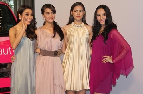 """Thiên Lý nổi bật bên cạnh 3 nữ đại sứ của các khu vực Đông Nam Á. Họ đều là những gương mặt diễn viên, ca sỹ, người mẫu rất nổi tiếng và được nhiều người yêu mến bởi sắc đẹp, tài năng và lý lịch """"sạch"""" của mình."""