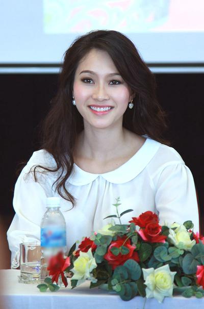 Thu Thảo rạng rỡ trong buổi giao lưu với ban tổ chức Hoa hậu Việt Nam 2012 vào sáng 13/9 tại Hà Nội khi lùm xùm về học vấn đang được dư luận bàn tán.