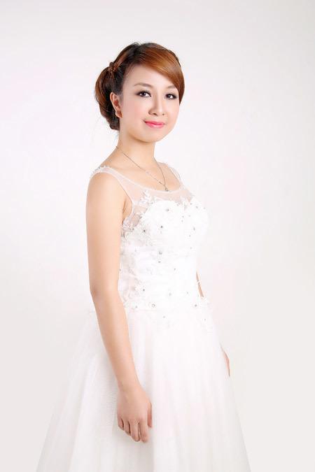 Chiếc váy đầu tiên mà Thu được tư vấn là váy công chúa, hơi xòe ở phía dưới.