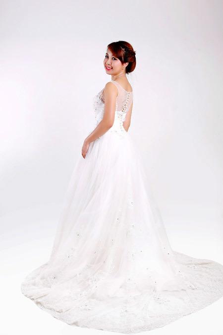 Đuôi váy bồng nhưng ôm vừa vặn vóc dáng cô dâu.