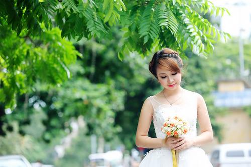 Tuy vóc dáng của cô dâu tròn và mập nhưng khi chọn được kiểu váy ôm vừa phải, người đối diện gần như không nhận ra khuyết điểm.