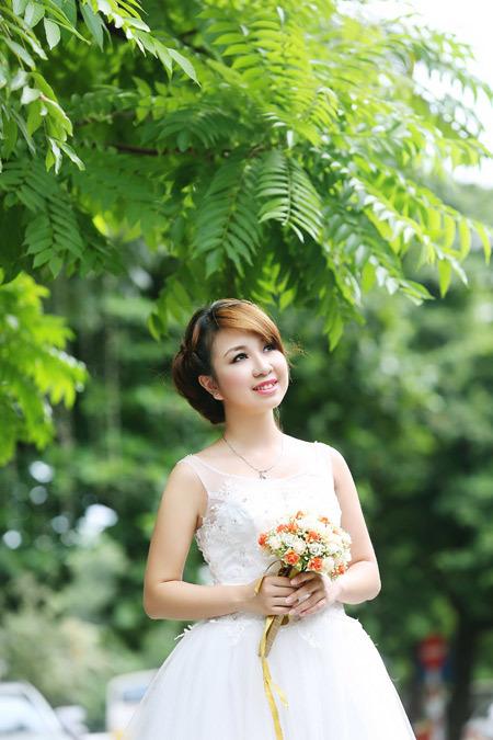 Họa tiết hoa ở thân váy tập trung mọi sự chú ý vào đây và cũng là điểm nhấn cho tổng thể váy cưới.