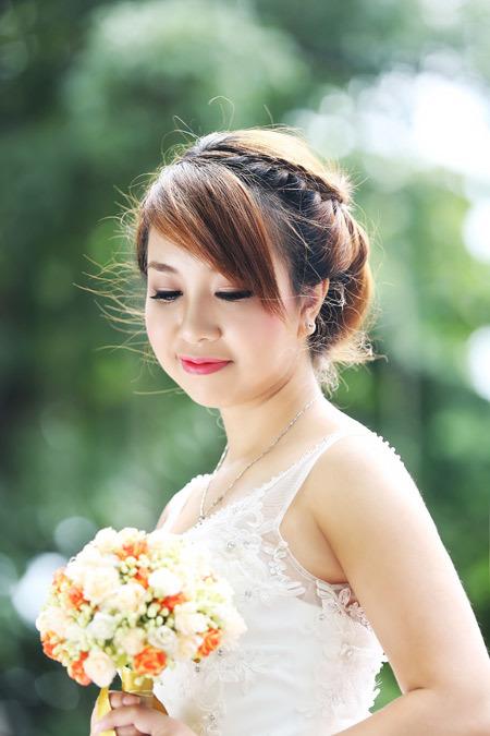 Những cô dâu có bờ vai tròn trịa có thể thử kiểu váy hai dây với họa tiết ren nhẹ nhàng như thế này.