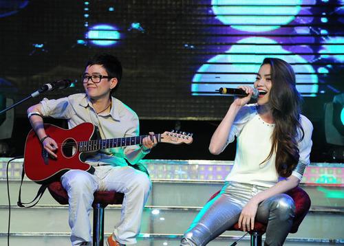 Giữa chương trình, Phương Uyên bất ngờ lên sân khấu, đệm đàn guitar cho huấn luyện viên Hồ Ngọc Hà hát ca khúc 'Trả nợ tình xa'.