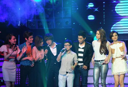 Cuối chương trình, Phương Uyên bước lên sân khấu, hòa giọng cùng 14 thí sinh trong ca khúc 'Cám ơn tình yêu tôi' do chính chị sáng tác.