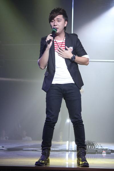 Minh Vương thì gửi đến khán giả Sài Gòn những bài hit 'làm mưa làm gió' cộng đồng mạng thời gian qua như: 'Chỉ còn trong mơ', 'Nhớ em', 'Đừng làm anh đau'...