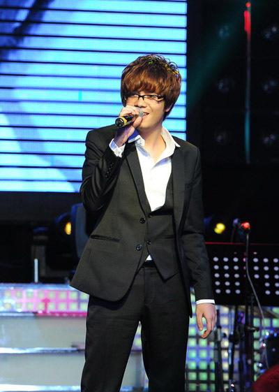 Trong buổi giới thiệu album 'The best songs of team Ho Ngoc Ha', 14 thí sinh trong đội đã lần lượt thể hiện các ca khúc trong album. Bùi Anh Tuấn hát ca khúc amdna dmand amdnb