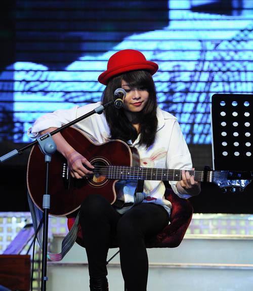 Thái Trinh tự đệm đàn và hát 'I won't give up'.