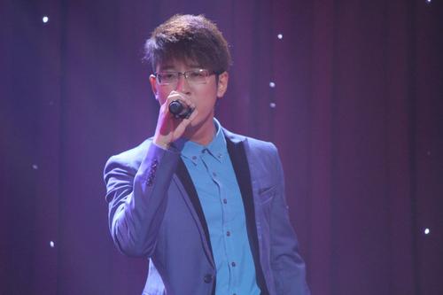 Nam ca sĩ từng đoạt giải nhì Ngôi sao tiếng hát truyền hình thể hiện hai ca khúc của hai ca sĩ họ Hồ: 'Hoang mang' và 'Tìm lại giấc mơ'.