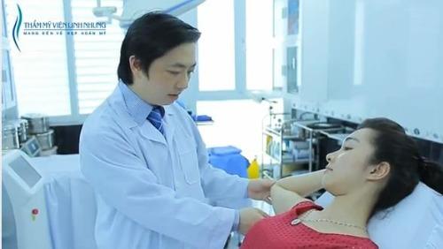 Bác sĩ thực hiện thăm khám và khoanh vùng điều trị trước khi thực hiện.