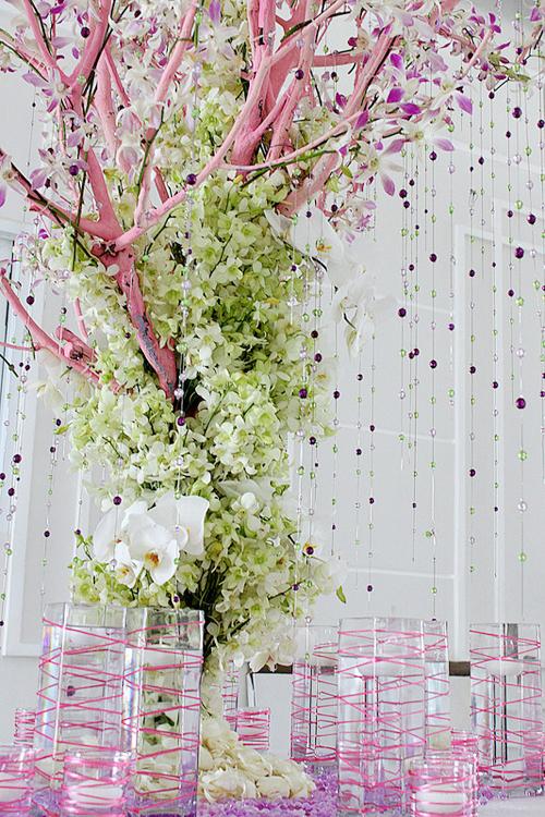 Cạnh bàn đón tiếp là cây ước nguyện được kết từ cành khô, hoa lan và các dải hạt cườm xinh xắn.