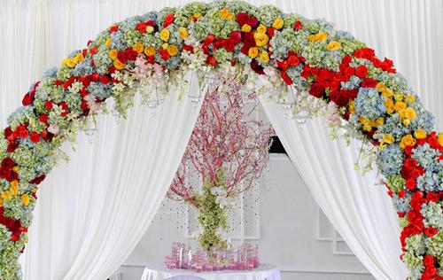 Một cổng hoa lớn được dựng tại sảnh đón tiếp để chào đón khách mời.