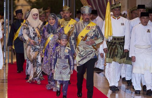 Các thành viên của hoàng gia Brunei có mặt tại lễ cưới. Theo một nguồn tin, đám cưới xa hoa của công chúa lên tới hàng triệu USD và có sự tham gia của nhiều quan khách quốc tế như hoàng gia Nhật Bản, Anh, Malaysia...