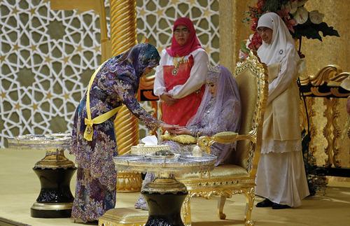 Các nghi thức, lễ hội mừng đám cưới trong tuần này còn có các buổi cầu nguyện hàng đêm tại cung điện để cầu phúc cho cô dâu chú rể. Hoàng hậu Brunei Saleha thả một loại bột vào tay cô dâu trong một nghi lễ của đám cưới truyền thống.