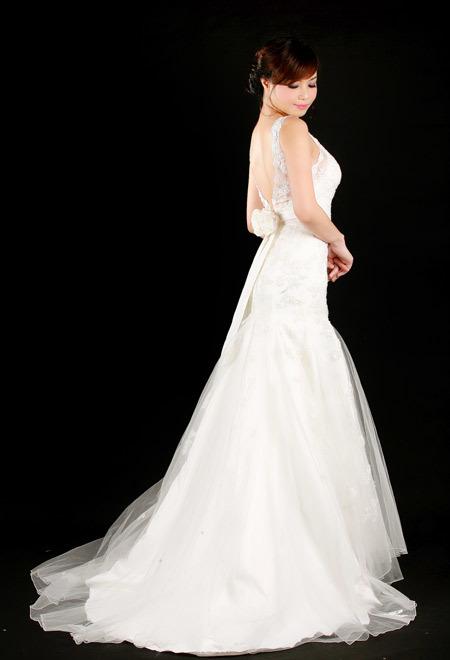 Váy khoét lưng ren quyến rũ, tôn vòng một nhờ đường xẻ cổ chữ V.