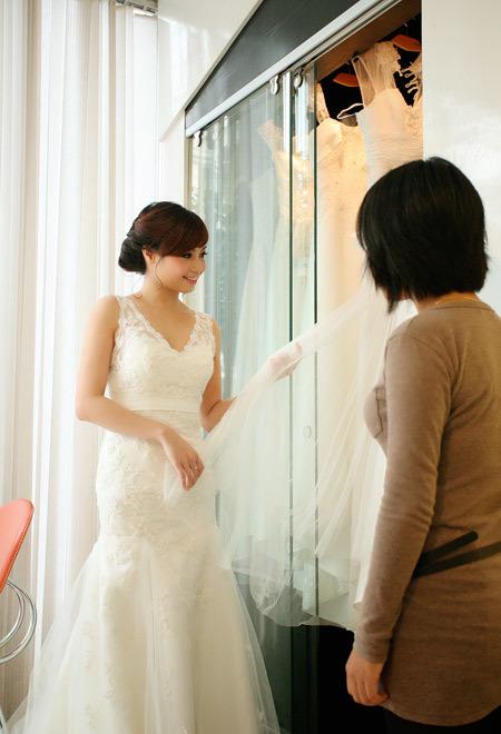 Khi lựa chọn nhiều váy cưới khác nhau, Hoài thấy hài lòng khi kiểu váy đuôi cá này làm vòng một của cô nhìn đầy đặn hơn.
