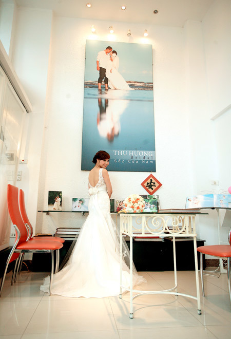 Nhìn từ phía sau, cô dâu như một nàng tiên cá trong câu chuyện cổ tích.