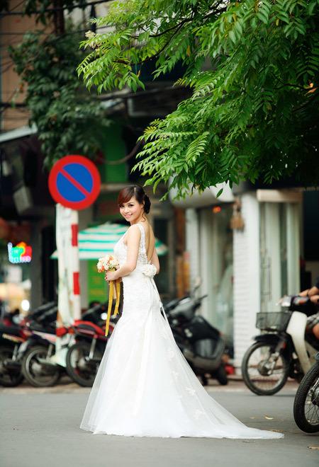 Kiểu váy trang trọng này thích hợp với cả lúc chụp ảnh cưới và trong lúc đãi tiệc.