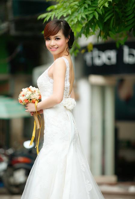 Điểm nhấn lớn nhất của váy chính là dây hoa lụa thắt phía sau, gợi nét mềm mại, dịu dàng.