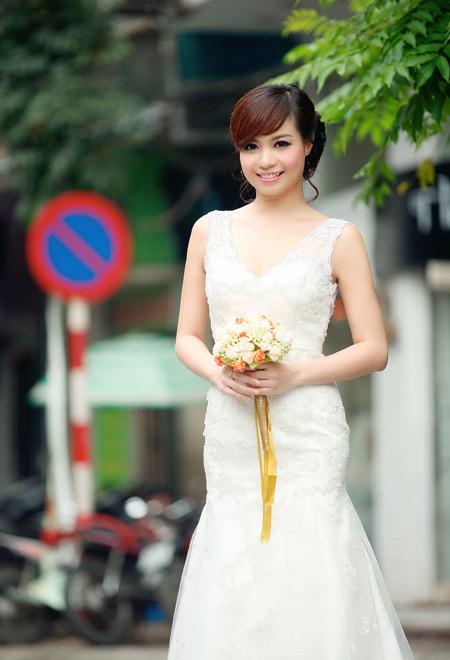 Trên nền váy cưới trắng, bó hoa cầm tay màu sắc sẽ nổi bật hơn.