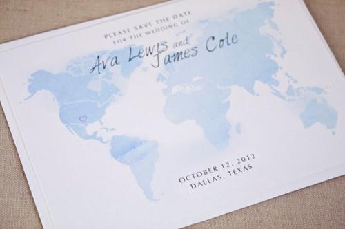 Tấm thiệp vẽ lại bản đồ thế giới với những đường nét đơn giản, nhẹ nhàng.