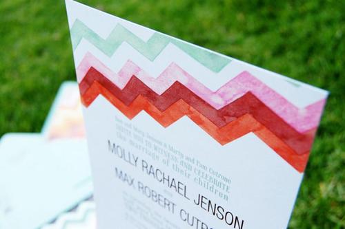 Thiệp cưới với những hình zigzac sắc màu.